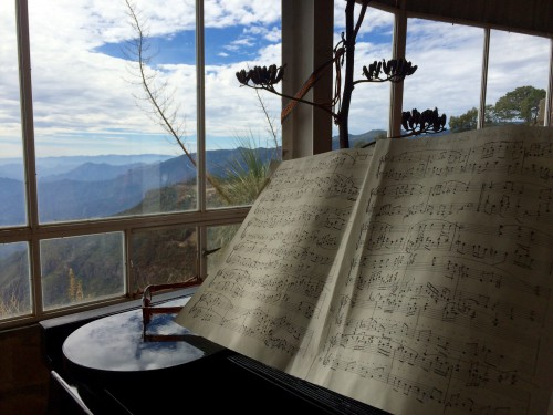 From his piano bench Romayne Wheeler can look out into the mountains of Mexico's Copper Canyon. (Mónica Ortiz Uribe)